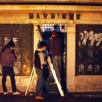 I Cerchidonda ridipingono la saracinesca di un negozio. Una delle tante loro iniziative